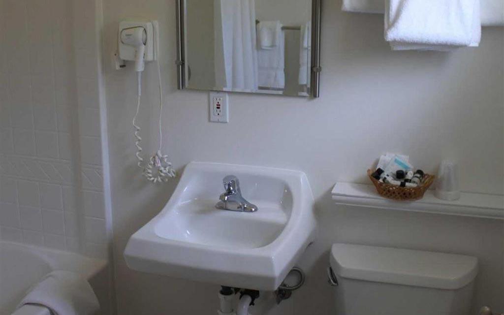 Lopez Island Hotel - Canoe Single Queen Room